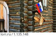 Угол деревенского дома срублен топором в лапу. Стоковое фото, фотограф Николай Шаламов / Фотобанк Лори