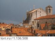 Крыши Старого города, Иезуитская церковь святого Игнатия (вид сзади). Дубровник, Хорватия (2009 год). Стоковое фото, фотограф Сергей Бесчастный / Фотобанк Лори