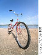 Старый красный велосипед на берегу, фото № 1139100, снято 8 августа 2009 г. (c) pzAxe / Фотобанк Лори