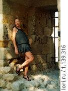 Девушка у каменной стены. Стоковое фото, фотограф Блинова Ольга / Фотобанк Лори