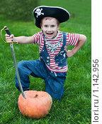Купить «Мальчик в шляпе пирата и тыква», фото № 1142956, снято 19 сентября 2009 г. (c) Кузнецова Юлия (aka Syaochka) / Фотобанк Лори