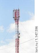 Красная телевизионная и радио вышка с проводами и антеннами на фоне неба. Стоковое фото, фотограф Иголкин Алексей / Фотобанк Лори
