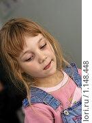 Маленькая девочка задумчиво высунула язык. Стоковое фото, фотограф Смирнов Владимир / Фотобанк Лори