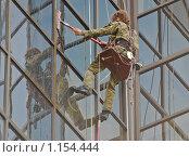 Купить «Мытье окон на большой высоте», эксклюзивное фото № 1154444, снято 12 июля 2009 г. (c) Алёшина Оксана / Фотобанк Лори
