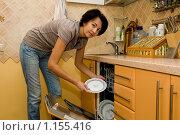 Женщина пользуется посудомоечной машиной. Стоковое фото, фотограф Okssi / Фотобанк Лори