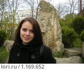 Красивая девушка на фоне камня. Стоковое фото, фотограф Анатолий Вороничев / Фотобанк Лори