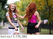 Купить «Две эмоциональные рыжеволосые девушки», фото № 1176380, снято 6 сентября 2009 г. (c) Андрей Аркуша / Фотобанк Лори