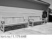 Купить «Скамейка и телефон на станции», фото № 1179648, снято 14 августа 2009 г. (c) Тимофей Косачев / Фотобанк Лори