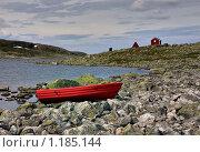 Купить «Красная лодка на берегу высокогорного озера», фото № 1185144, снято 7 августа 2009 г. (c) Марченко Дмитрий / Фотобанк Лори
