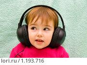 Купить «Маленькая девочка в больших наушниках», эксклюзивное фото № 1193716, снято 28 октября 2009 г. (c) Куликова Вероника / Фотобанк Лори