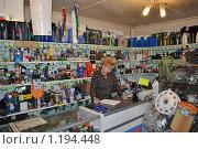 Продавец в магазине автозапчастей (2009 год). Редакционное фото, фотограф Андрей Кириллов / Фотобанк Лори