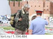 Бродяга и милиционер (2009 год). Редакционное фото, фотограф Андрей Варенков / Фотобанк Лори