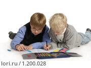 Ученики рисуют на белом фоне. Стоковое фото, фотограф Дарья Колесникова / Фотобанк Лори