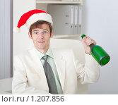 Купить «Бизнесмен в красном рождественском колпаке с бутылкой в руке празднует», фото № 1207856, снято 23 октября 2009 г. (c) pzAxe / Фотобанк Лори