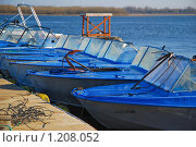 Купить «Лодки у понтона», эксклюзивное фото № 1208052, снято 7 апреля 2009 г. (c) Алёшина Оксана / Фотобанк Лори