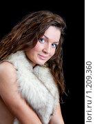 Купить «Девушка в меховом воротнике», фото № 1209360, снято 12 октября 2009 г. (c) Яков Филимонов / Фотобанк Лори