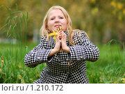 Купить «Девушка с желтыми листьями в руках», фото № 1210172, снято 27 сентября 2009 г. (c) Мария Смирнова / Фотобанк Лори