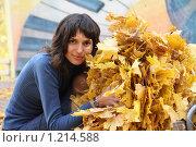 Купить «Девушка в осеннем парке собирает листья», фото № 1214588, снято 17 октября 2009 г. (c) Михаил Смыслов / Фотобанк Лори