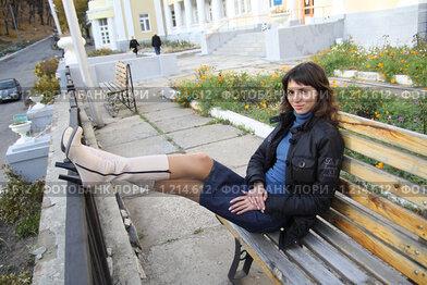 Девушка сидит положив ноги на парня видео — img 13