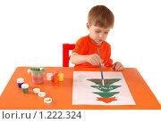 Купить «Ребенок рисует новогоднюю открытку. Изолировано.», фото № 1222324, снято 18 ноября 2009 г. (c) Юлия Кашкарова / Фотобанк Лори