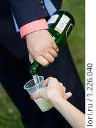 Мужчина наливает шампанское. Стоковое фото, фотограф Печеркин Артем / Фотобанк Лори