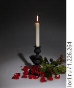 Купить «Свеча и роза», фото № 1226264, снято 17 ноября 2009 г. (c) Толоконов Дмитрий Львович / Фотобанк Лори