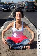 Купить «Девушка сидит на разделительной полосе между дорог», фото № 1229240, снято 27 мая 2009 г. (c) Losevsky Pavel / Фотобанк Лори