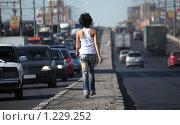 Купить «Девушка идет по разделительной полосе шоссе», фото № 1229252, снято 27 мая 2009 г. (c) Losevsky Pavel / Фотобанк Лори