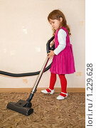 Купить «Маленькая  девочка с  пылесосом», фото № 1229628, снято 28 сентября 2009 г. (c) Losevsky Pavel / Фотобанк Лори