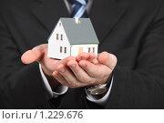 Купить «Модель дома в руках», фото № 1229676, снято 30 мая 2009 г. (c) Losevsky Pavel / Фотобанк Лори