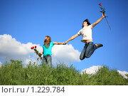 Купить «Молодая веселая пара с розами на улице», фото № 1229784, снято 5 июня 2009 г. (c) Losevsky Pavel / Фотобанк Лори