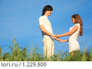Молодая романтичная пара держится за руки. Стоковое фото, фотограф Losevsky Pavel / Фотобанк Лори