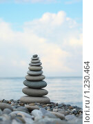 Купить «Башня из камней на пляже на фоне синего неба», фото № 1230464, снято 3 июля 2009 г. (c) Losevsky Pavel / Фотобанк Лори