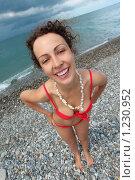 Улыбающаяся девушка на морском берегу. Стоковое фото, фотограф Losevsky Pavel / Фотобанк Лори