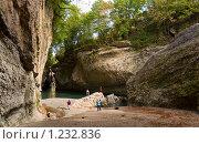 Группа туристов в ущелье. Стоковое фото, фотограф Vet Novoseloff / Фотобанк Лори