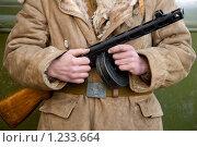 Пистолет-пулемет Шпагина ППШ-41 времен Великой Отечественной войны в руках красноармейца. Стоковое фото, фотограф Александр Алексеев / Фотобанк Лори