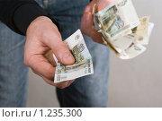 Руки с российскими деньгами. Стоковое фото, фотограф Сергей Малеинов / Фотобанк Лори