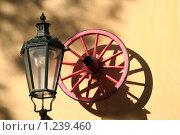 Купить «Уличный фонарь и колесо. Оформление входа ресторана.», фото № 1239460, снято 26 октября 2006 г. (c) Маргарита Герм / Фотобанк Лори