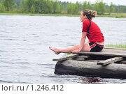 Купить «Девушка сидит, свесив ноги в воду», фото № 1246412, снято 13 июня 2009 г. (c) Кекяляйнен Андрей / Фотобанк Лори