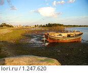 Лодка на морском берегу (2003 год). Редакционное фото, фотограф Николай Лызлов / Фотобанк Лори