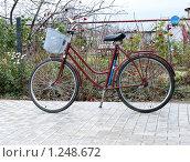 Купить «Велосипед на патио осенью», фото № 1248672, снято 28 октября 2009 г. (c) Александр Романов / Фотобанк Лори