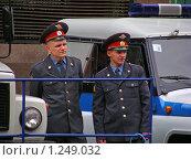 Купить «Милиционеры стоят около машин», эксклюзивное фото № 1249032, снято 18 мая 2008 г. (c) lana1501 / Фотобанк Лори