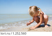 Купить «Маленькая девочка у моря», фото № 1252560, снято 20 августа 2009 г. (c) Анатолий Типляшин / Фотобанк Лори