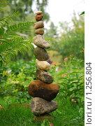 Купить «Каменная пирамида на зеленой траве», эксклюзивное фото № 1256804, снято 7 августа 2009 г. (c) Юрий Морозов / Фотобанк Лори