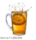 Купить «Лимон упал в чашку с чаем», фото № 1256936, снято 14 ноября 2008 г. (c) Ярослав Данильченко / Фотобанк Лори