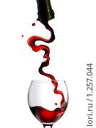 Купить «Красное вино льется в бокал», фото № 1257044, снято 8 декабря 2008 г. (c) Ярослав Данильченко / Фотобанк Лори