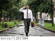 Купить «Деловой человек шагает в парке», фото № 1257584, снято 5 июля 2008 г. (c) Андрей Аркуша / Фотобанк Лори