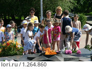 Волгоград. Дети возлагают цветы к Вечному огню (2005 год). Редакционное фото, фотограф Целоусов Дмитрий Геннадьевич / Фотобанк Лори