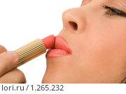 Купить «Женщина красит губы», фото № 1265232, снято 29 марта 2008 г. (c) Валентин Мосичев / Фотобанк Лори
