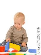 Купить «Мальчик играет с кубиками», фото № 1265816, снято 30 августа 2008 г. (c) Валентин Мосичев / Фотобанк Лори